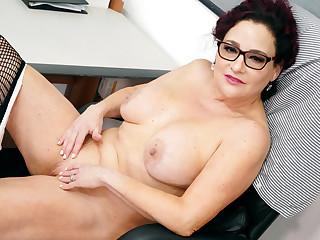 Office lady Amanda Ryder gets herself off behind desk