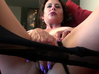 Horny mature Mimi needs to get herself off on the couch