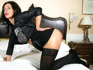 Belgian Housewife Playing With Her Puddy - MatureNL